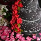 Bolo de Casamento - Bolo em poá preto com cascata de rosas pink.