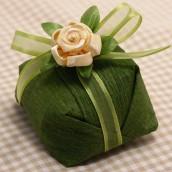 Crepom nacional verde pistache com fita organdi verde pistache e mini rosa de tecido bege.