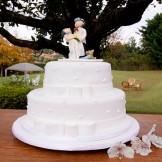 Bolo de Casamento - Bolo confeitado com mini corações com casal de noivinho e laços tipo chanel.