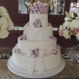 Bolo de casamento laços e mini rosas