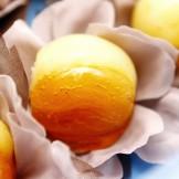 Damasco Caramelado - Damasco recheado com doce de coco fresco, doce de abacaxi com coco ou doce de amêndoas banhado em calda de caramelo.