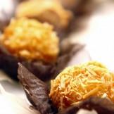 Ouriço de coco queimado - Doce de coco fresco banhado em calda de caramelo e envolto por lascas de coco queimado.