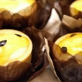 Tartelete de Maracujá - Mini tortinha recheada com mousse de maracujá e decorada com geléia da fruta.