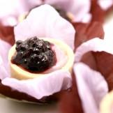Tartelete de Amora - Mini tortinha recheado com creme de amora e decorado com geléia da fruta.
