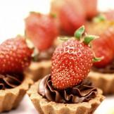 Tartelete de Chocolate com Morango - Mini tortinha de chocolate recheada com ganasche e decorada com morango fresco.