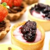 Mini Tarteletes - Mini tarteletes de chocolate com morango, amora e maracujá.