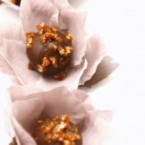 Bombom Crocante - Brigadeiro banhado em calda caramelo e coberto com chocolate amargo.